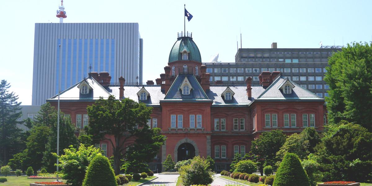 是一栋由红砖建造的巴洛克风格欧式官署建筑,由多达250万多块红砖建成