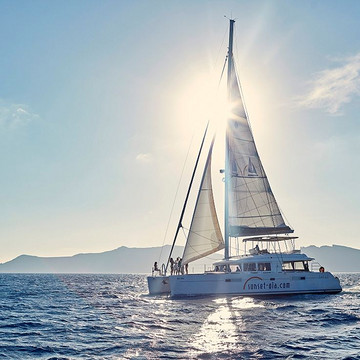 参加Sunset Oia公司乘坐游艇的活动