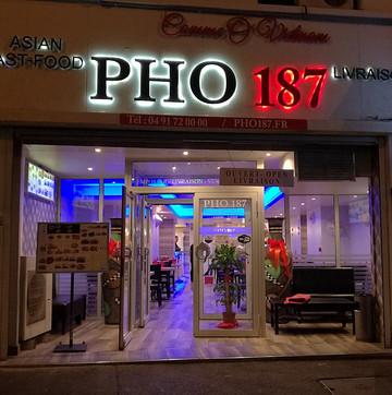 在O-Pho 187餐厅用餐
