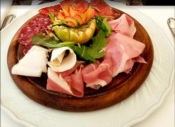 在拉斯佩齐亚火车站旁的Ristorante Roma用餐